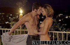 Romanca Superba Face O Seara Romantica Afara Sub Cerul Liber Cu Sotul Ei