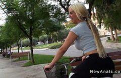 Blonda Se Plimba Cu Bicicleta In Parc Si Agata Un Barbat Pulos